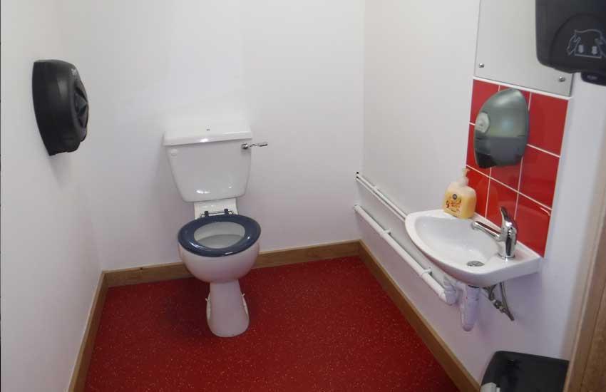 moderne wc mat wit met inbouwreservoir